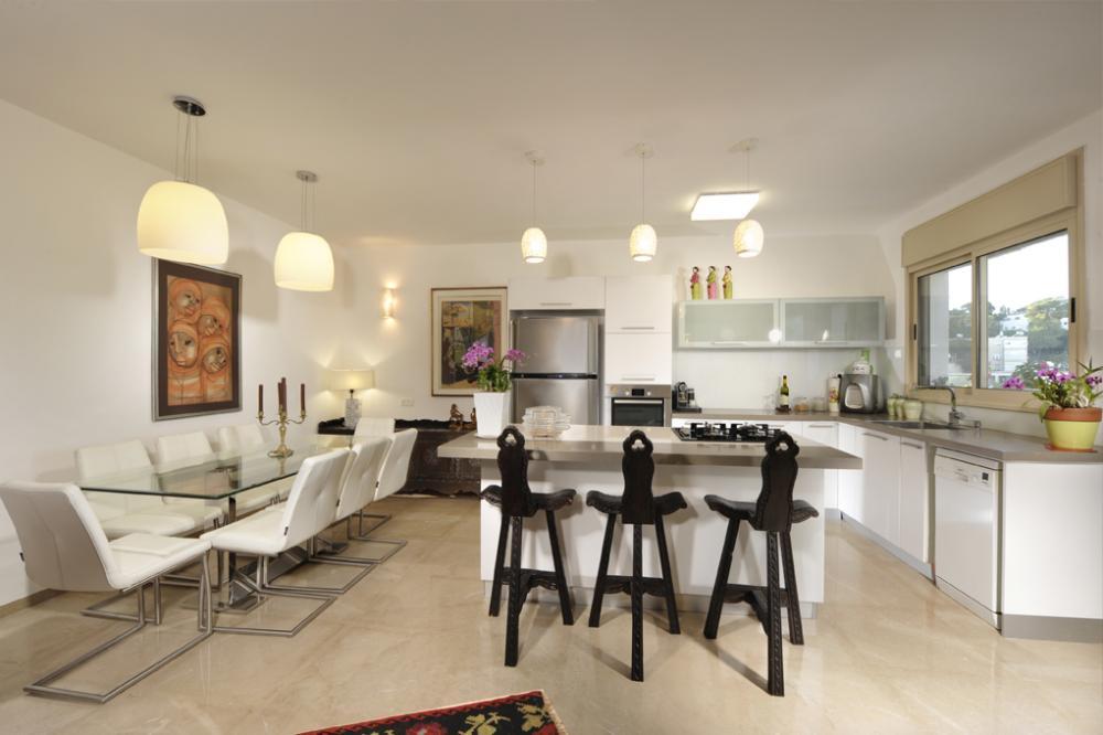 מבט חלל המטבח ופינת האוכל